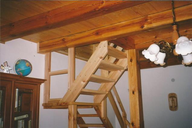 Drevený strop so schodami